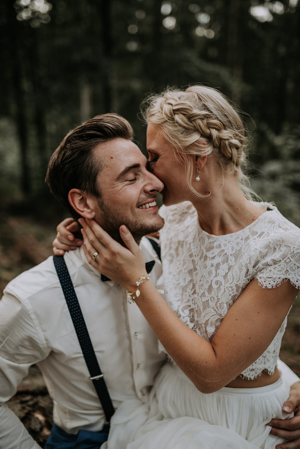 barn-wedding-scheunen-hochzeit-boho-zweiteiler-hochzeitskleid-brautpaar-berghochzeit-mountain-wedding-weddingcouple